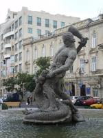 Бахрам Гур и Аждага — фонтанная скульптура драконоборца в Баку