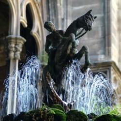 Фонтанная статуя Св. Георгия и дракона в Барселоне