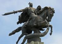 Драконоборец Манас — национальный герой Кыргыстана. Статуя в Бишкеке