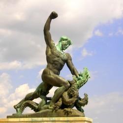 Дракон многоглавый как символ коммунизма. Фрагмент монумента Независимости в Будапеште