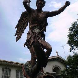 Св. Георгий и дракон — скульптурная композиция около церкви в Маниле