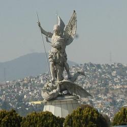 Статуя Архангела Михаила, поражающего дракона, в Мехико