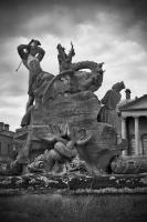 Драконоборец — скульптурная композиция у Holkham Hall (Норфолк)