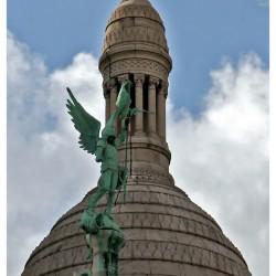 Дракон и арх. Михаил на крыше базилики Сакре-Кёр в Париже