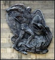 Дракон и архангел Михаил— металлический барельеф на стене одной из лютеранских церквей в Питтсбурге