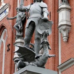 Памятник Св. Георгию в Риге у входа в дом Черноголовых