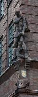 Скульптура Св. Георгия и дракона на стене дома в Ростоке