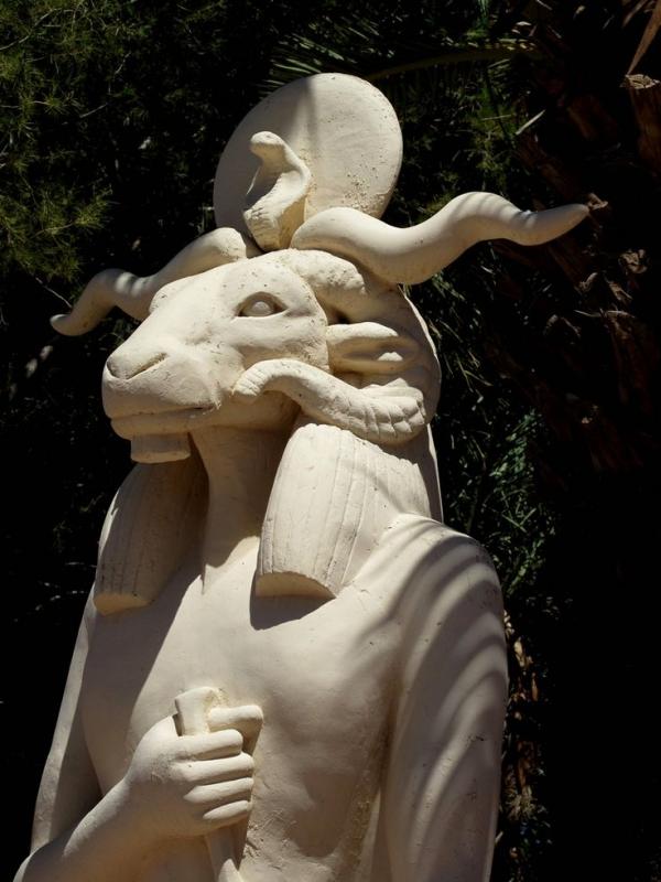 Статуя бараноголового бога в Варзазате, Марокко