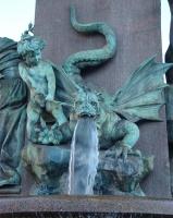 Бульдогоподобный дракон у основания памятника Альфреду Эшеру в Цюрихе