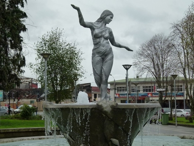 Пинкойя. Статуя в фонтане на площади Пласа-де-Кастро, Чилоэ