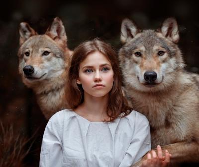 Девушка с волками. Фото Светланы Никотиной