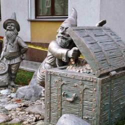 Гномы. Скульптура у входа в здание банка в Гомеле.
