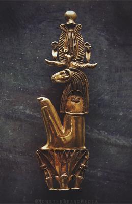 Золотая пектораль с изображением бога Херишефа, сидящего на лотосе. Изображение MonsterBrand
