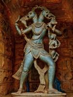 Гандаберунда. Статуя в храме Берундешвара в Баллигави (штат Карнатака, Индия)