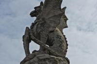 Статуя виверна сторожит питьевой фонтанчик в городке Брай