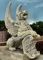 Статуя крылатого льва, поддерживающего герб