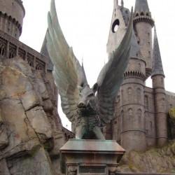 Статуи крылатых кабанов у входа в Хогвартс