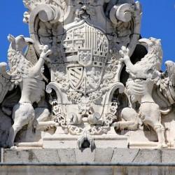 Испанские грифоны-щитодержцы. Скульптурная композиция.