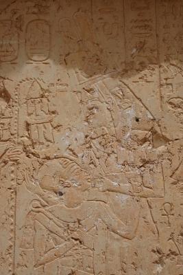 Меритсегер, покровительница фиванского некрополя, в облике женщины, кормящая грудью Рамсеса III. Фрагмент стелы, XII век до н.э.