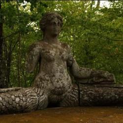 Мелюзина-ехидна. Статуя Священного леса
