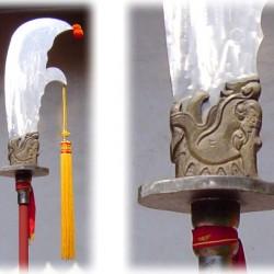 Яцзы — один из девяти сыновей дракона — в оформлении декоративной алебарды