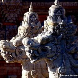 Наги Индонезии - скульптурная композиция (крупный план)