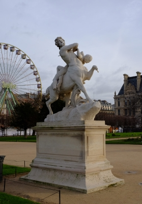 Кентавр Несс и Деянира. Скульптура Лорана Оноре Маркеста (1892) в саду Тюильри перед Лувром, Париж
