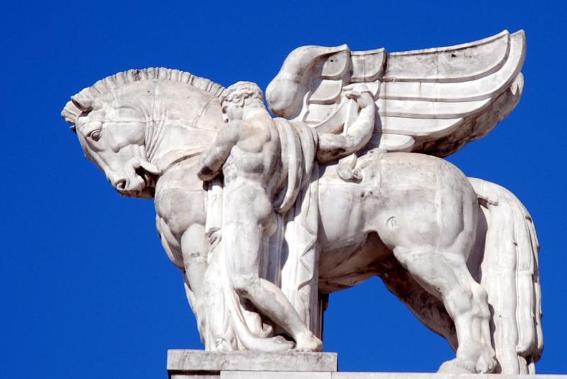 Статуя Пегаса на крыше Центрального вокзала в Милане.