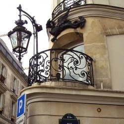 Париж, рю дю Драгон, металлическое украшение дома