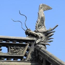 Сятихоко на коньке здания в саду Юй Юань