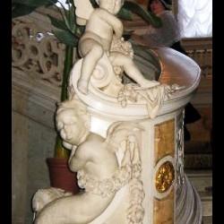 Скульптурная композиция, украшающая перила лестницы в Доме Ученых в Санкт-Петербуге