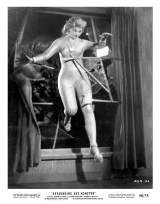 """Рекламное фото к фильму """"Поразительная женщина-монстр"""" (The Astounding She-Monster, 1957)"""
