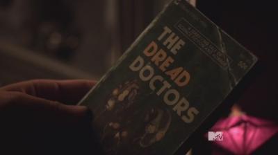 "Книга ""Кошмарные доктора"". Сериал ""Волчонок"" (Teen Wolf). Сезон 5, эпизод 04"