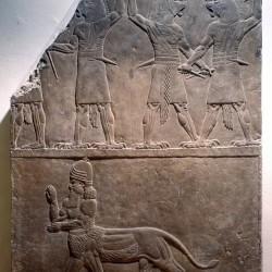 Барельеф из Ниневии — несколько Угаллу и один Урмалуллу