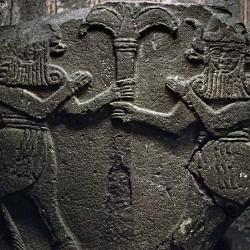 Пара демонов кусарикку. Барельеф, найденный у Водяных ворот Кархемиша