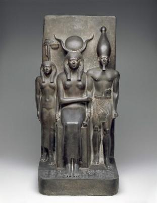 Фараон Микерин-Менкаура в компании богинь Хатор и Венет. Скульптурная группа