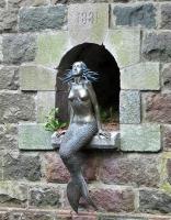 Русалка Ужуписа. Скульптура на набережной реки Вильня (Литва)