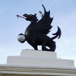 Статуя виверна в Лимингтон Спа