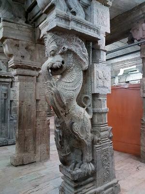 Яли, стоящий на макаре. Изваяние в Зале Тысячи Колонн в Храм Минакши в городе Мадурай на территории индийского штата Тамилнад
