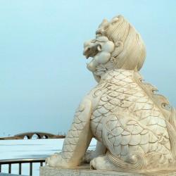 Статуя дракона Чжаофэна на набережной в Цзижоу