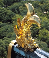 Сятихоко на коньке крыши башни замка Осака