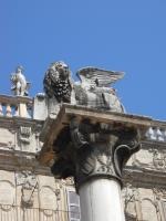 Крылатый лев Святого Марка. Статуя на стеле в Вероне