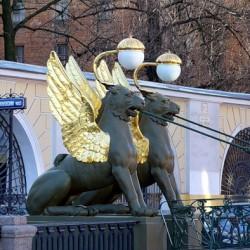 Грифоны на Банковском мосту в Санкт-Петербурге