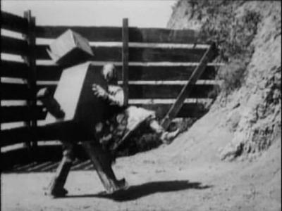 Лоскутушка танцует с Вузи. Кадр из фильма «Лоскутушка из страны Оз» (The Patchwork Girl of Oz, 1914)