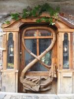 Скульптура дракон на двери Krumlov house.