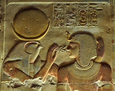 Бог Хонсу, дающий царю Сети I дыхание жизни и могущества. Рельеф стены храма Сети I в Абидосе, XIII век до н.э.