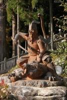 "Статуя ""Фудзивара-но Такамицу убивает Саруторахэби"" (вид спереди)"