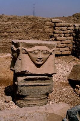 Голова богини Хатхор-Баты на капители колонны из храма Хатор в Дендере