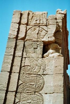 Мероитский бог Апедемак в виде львиноголовой змеи. Фрагмент стелы храма в Нагаа, Судан