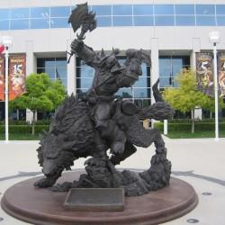 Орк верхом на волке. Статуя возле здания Blizzard в городе Ирвин, Калифорния